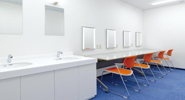 パウダーカウンター、手洗いカウンター完備のメイクルーム
