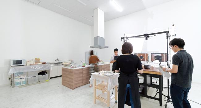 アイランドキッチン、流し、冷蔵庫、電子レンジ、食器洗い乾燥機を完備しています