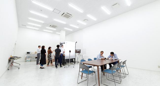 高い天井(4.3m)と真っ白な壁で広々とした空間(約80平方メートル、約24坪)